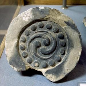 une tuile au motif spiralé