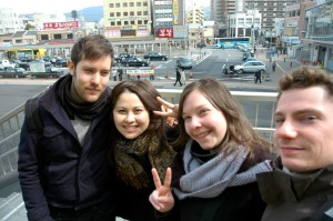 Gabriel, Seï, Astrid et moi devant la gare, Nara