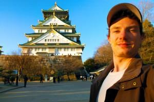 Moi au soleil couchant devant Osaka-jo